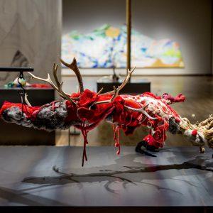 赤を宿す 2016/木、布、糸、ビーズ、スパンコール、鹿角、毛皮/ H:52cm × W:137cm × D:100cm