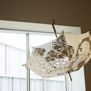 あなたの光 2016/傘、糸、アクリル板、ビーズ/H:83cm × φ:100cm