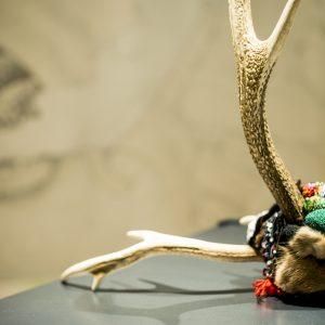 芯 2015/布、糸、ビーズ、スパンコール、毛皮、鹿角 /H:41cm × W: 62cm × D:50cm